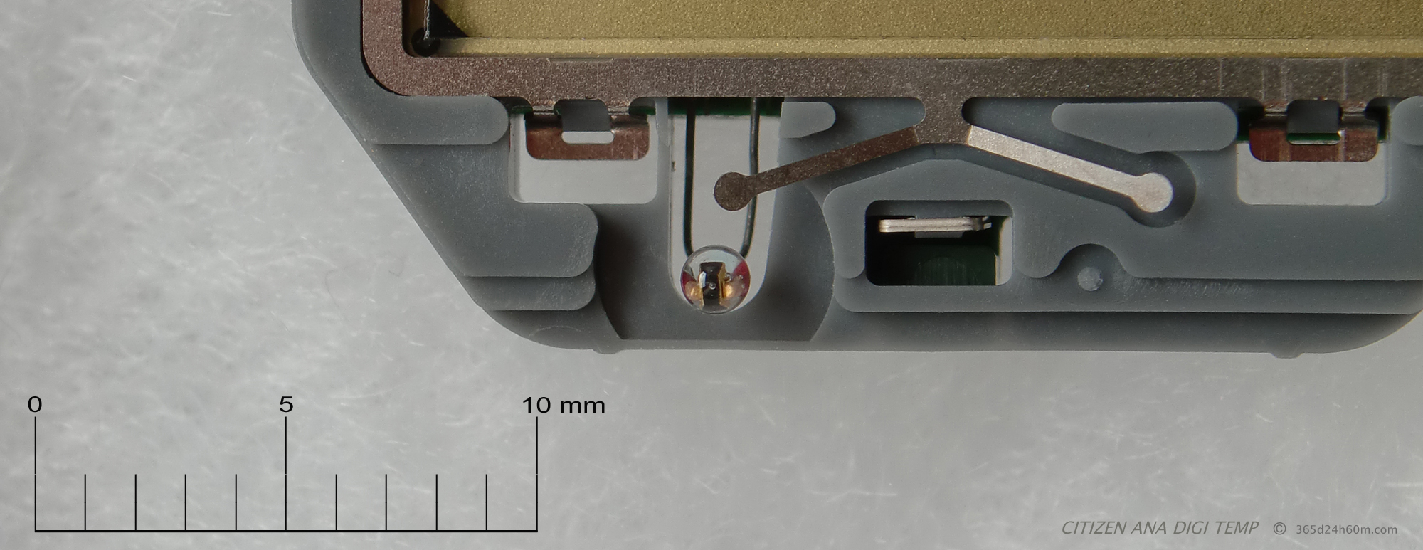 Click to enlarge...Temperature sensor - Thermistor. is really small - just over 1 mm in diameter. Also visible an active element - changing the resistance depending on the temperature, and two gold plated connections. The whole is immersed in a drop of glass !